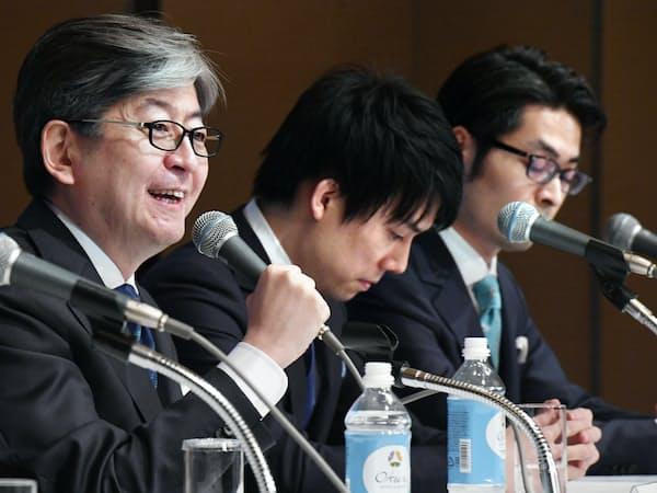 記者会見する(左から)マネックスグループの松本大社長、コインチェックの和田晃一良社長、大塚雄介取締役(6日午後、東京都港区)