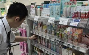 店頭では男性の臭いケア商品が増えている(東京都新宿区のアインズ&トルペ新宿東口店)