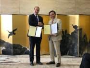 黒岩知事(右)がウェバー社長と覚書を交わした(6日、神奈川県庁)