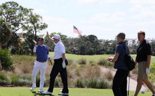 ゴルフを楽しむ安倍首相とトランプ米大統領=内閣広報室提供