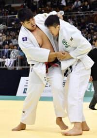 男子100キロ超級決勝 原沢久喜(右)を攻める、優勝した小川雄勢(8日、福岡国際センター)=共同