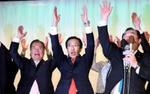京都府知事選で当選が確実になり、万歳する西脇隆俊氏(中央)=8日午後、京都市下京区