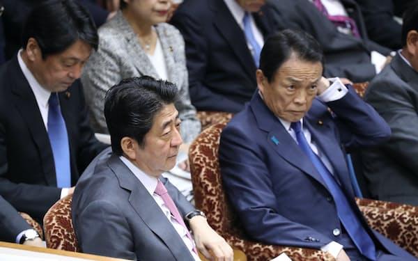 参院決算委で質問を聞く安倍首相と麻生財務相(9日午前)