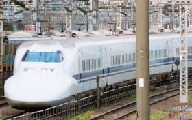 JR東海道新幹線で運行する車両「700系」(3月、東京都港区)=共同