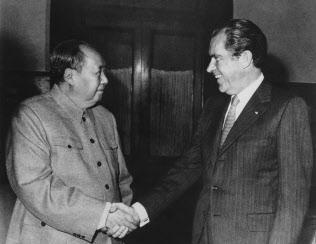 1972年、訪中したニクソン大統領と会談する毛沢東主席=AP