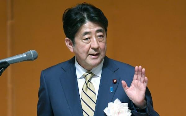 国家公務員合同初任研修の開講式で訓示する安倍首相(4月4日午前、東京都渋谷区)