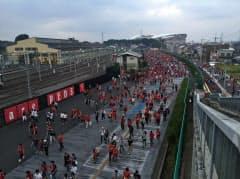 試合開催日の円滑な交通をどう確保するかが課題だ(後方が埼玉スタジアム)