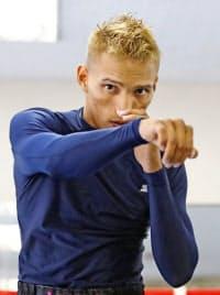 公開練習するWBC世界フライ級2位のクリストファー・ロサレス(10日、東京都新宿区の帝拳ジム)=共同
