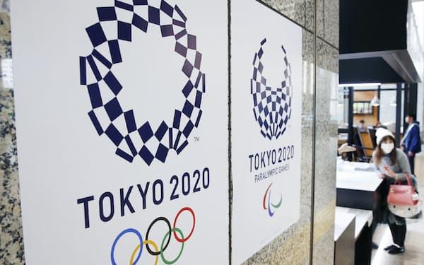 大会エンブレムが決まり、貼り出された東京五輪・パラリンピックのポスター(都庁)