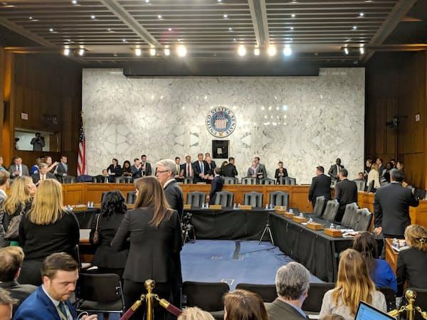 約5時間におよんだ公聴会が終わり、ザッカーバーグ氏は委員長らと何か言葉をかわした