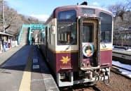 わたらせ渓谷鉄道が運行するオリジナルヘッドマークの列車(2月)=共同