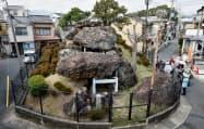 住宅に囲まれた古墳を多くの見学者が訪れる(京都市右京区)