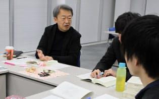 「近現代の日本史を学ぶ機会がなくて……」。池上教授(左)と教え子らは読書会を自主的に開いて現代社会への理解を深めている(都内、3月)=東工大
