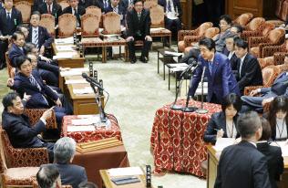 衆院予算委で立民・枝野代表の質問に答える安倍首相(11日午後)