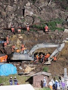 山が崩落し民家が埋もれた現場で続けられる捜索活動(11日夜、大分県中津市)