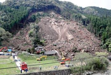 山が崩落し民家が巻き込まれた現場(11日、大分県中津市)