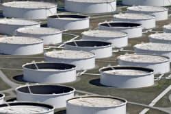 原油供給が細るとの警戒感が広がっている(米オクラホマ州の原油備蓄設備)=ロイター