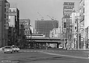 東海道新幹線の後ろ側に工事現場が見える=三井不動産提供