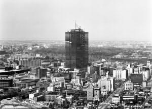 低いビルや住宅が密集していた東京でひときわ目をひいた=三井不動産提供