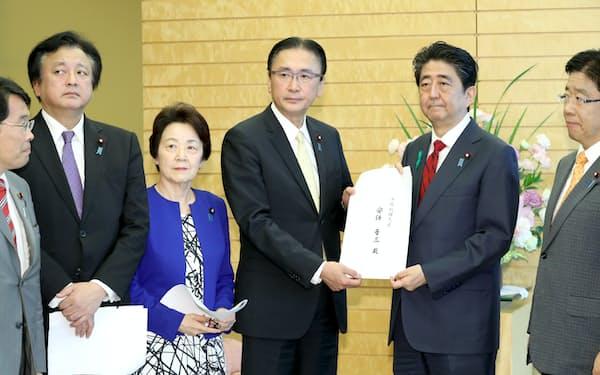 安倍首相に申し入れ書を手渡す超党派拉致議連のメンバー(12日午後、首相官邸)