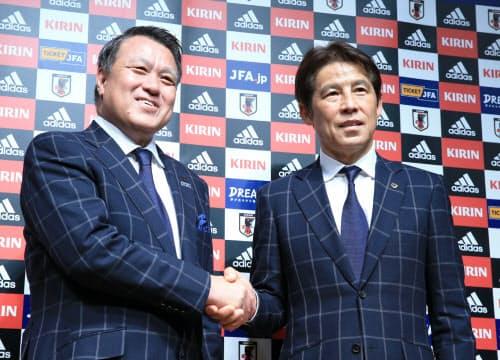 西野監督(右)らサッカーに関わるすべての人々の力を一つにするときが来た