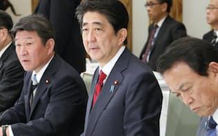 経済財政諮問会議であいさつする安倍首相(12日午後、首相官邸)