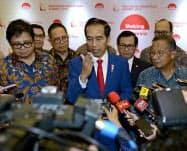 ジョコ大統領(中)は構造改革でインドネシアの信用を高める(4日、ジャカルタ)=インドネシア大統領府提供