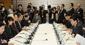 首相官邸で開かれた知的財産戦略本部・犯罪対策閣僚会議。手前右端はあいさつする安倍首相(13日午前)=共同