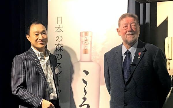 日本ビールはC・W・ニコル氏が企画・開発に関わった高級ジン「こころ」を輸入販売する(写真は日本ビールの内田茂社長(左)とC・Wニコル氏)