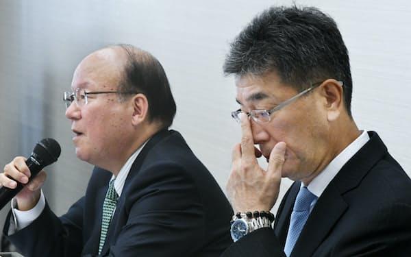 人事案を撤回し、相談役に退くことを発表するUACJの山内会長(左)と岡田社長(13日午後、東京・八重洲)