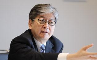 記者の質問に答えるマネックスグループの松本大社長(13日、東京都港区)