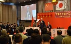 中国語を勉強した約700人を前にあいさつする岡藤会長
