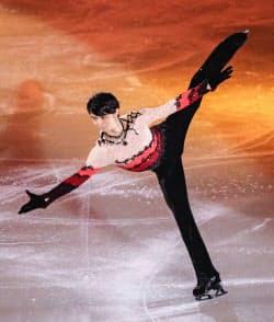アイスショーで演技する羽生結弦(13日、武蔵野の森総合スポーツプラザ)=共同