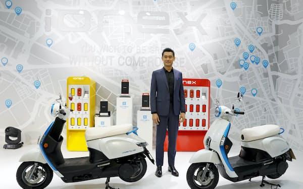 日本で電動バイクを披露したキムコのコウ会長(3月下旬、東京・品川)