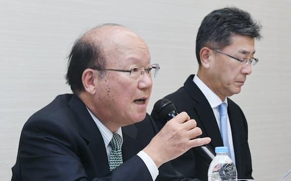 人事案を撤回し、相談役に退くことを発表するUACJの山内会長(左)と岡田社長(13日午後、東京都中央区)