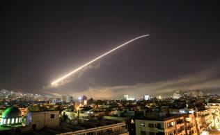 米軍のミサイル攻撃が始まったシリア首都・ダマスカス上空(14日)=AP