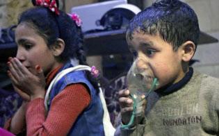 ダマスカス近郊で化学兵器によるとみられる攻撃後に酸素吸入を受ける子供たち(シリア民間防衛隊・ホワイトヘルメッツが8日公表)=AP