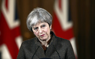 会見するメイ英首相(14日、ロンドン)=AP