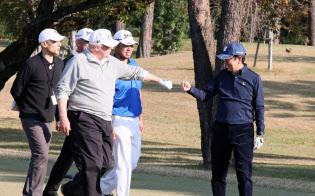 ゴルフコースでトランプ米大統領(手前左)と拳を合わせる安倍首相(昨年11月5日午後、埼玉県川越市の霞ケ関カンツリー倶楽部)=内閣広報室提供