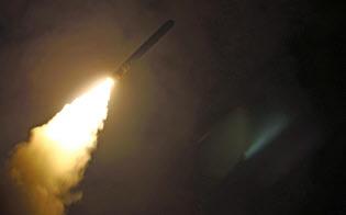 14日、シリアを攻撃するため米軍艦から発射された巡航ミサイルのトマホーク(米海軍提供・共同)
