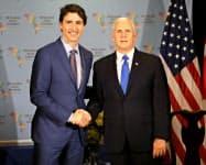 14日、米国のペンス副大統領(右)と会談したカナダのトルドー首相はシリアへの軍事攻撃を支持した(リマ)=AP