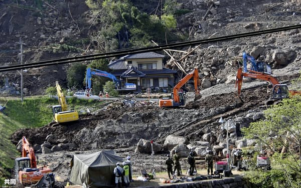 山崩れ現場で再開した捜索活動(15日午後、大分県中津市耶馬渓町)=共同