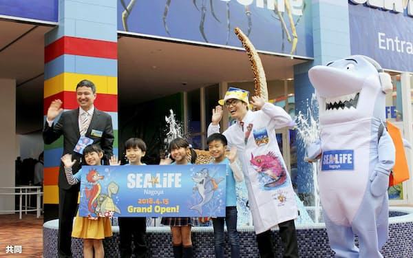 「シーライフ名古屋」の開業式典で、記念写真に納まるさかなクン(右端)ら(15日午前、名古屋市)=共同
