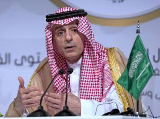 アラブ首脳会議後に記者会見するサウジアラビアのジュベイル外相=AP