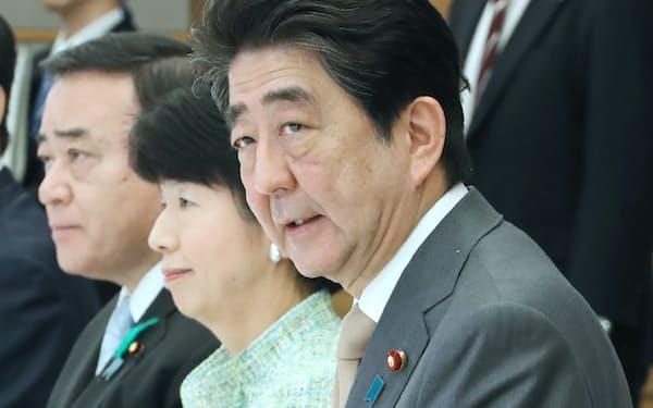 規制改革推進会議であいさつする安倍首相(16日午前、首相官邸)