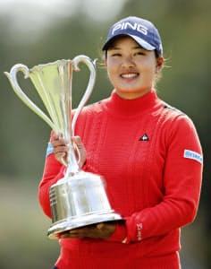 鈴木愛はスタジオアリス女子オープンで2位に4打差をつけ優勝した=共同