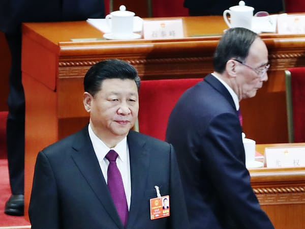 全人代の閉幕式に臨む習近平国家主席(左)、王岐山国家副主席(3月20日午前、北京の人民大会堂)=三村幸作撮影