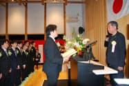 隈研吾校長(右)を前に宣誓する新入校生(15日、香美市)
