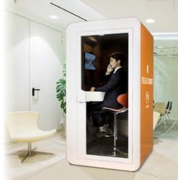 ブイキューブが発売したコミュニケーションブース「テレキューブ」はビル内や商業施設、空港などでの設置を進めている