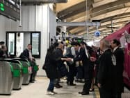 上越新幹線から特急「いなほ」へ乗り換える乗客を関係者が出迎えた(15日、新潟市)